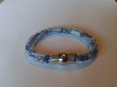 witte stardust armband met allerlei blauwe kralen